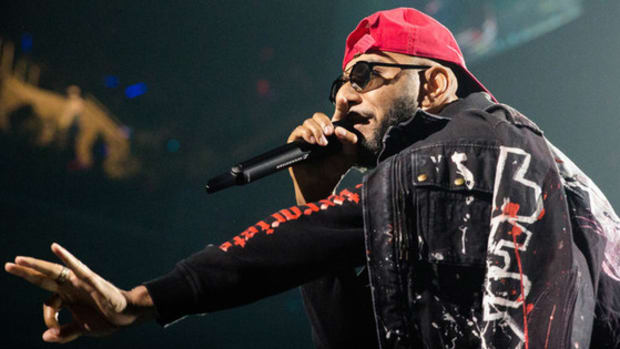 swizz-beatz-hand-up-mic.jpg