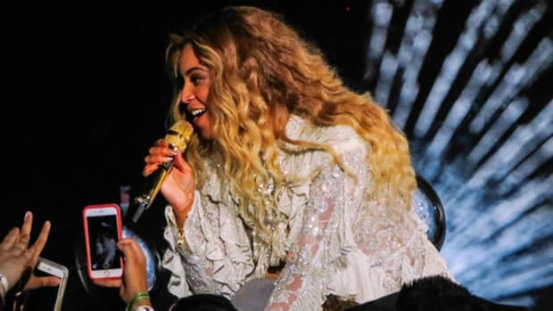 beyonce-performing-cell-phones-crowd.jpg