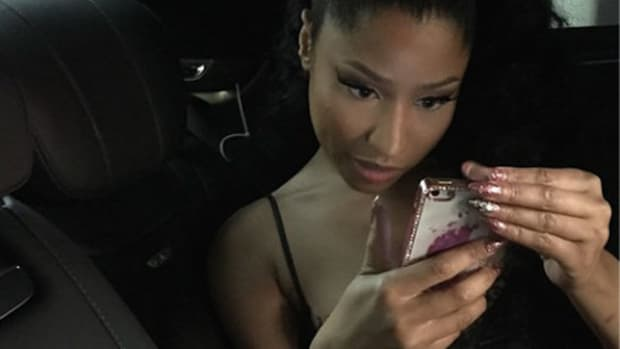 nicki-minaj-staring-at-a-cellphone.jpg
