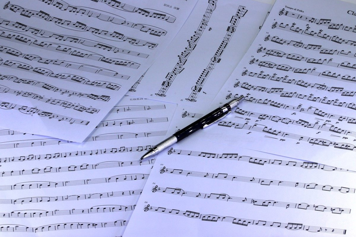 sheet-music-with-pen-amuse-editorial